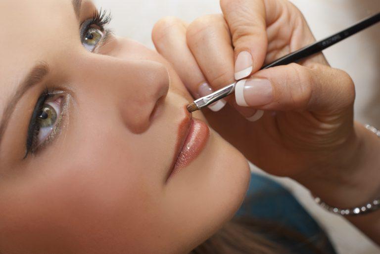 ¿Cómo limpiar los pinceles de maquillaje? Hazlo tú misma, aerosol desinfectante para aplicadores de maquillaje